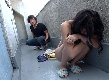家に帰ったら玄関前に素っ裸の巨乳女に「お願い!助けて!!」と懇願され家に入れてあげたら・・・
