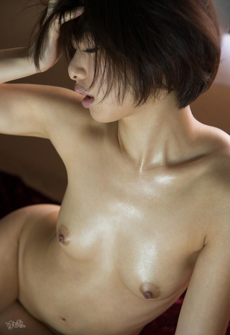 【おっぱい】汗だくでおっぱい晒してツヤッツヤでテッカテカの乳首ピンコ勃ち状態で弄られてる濡れ濡れおっぱい画像集w【80枚】 57