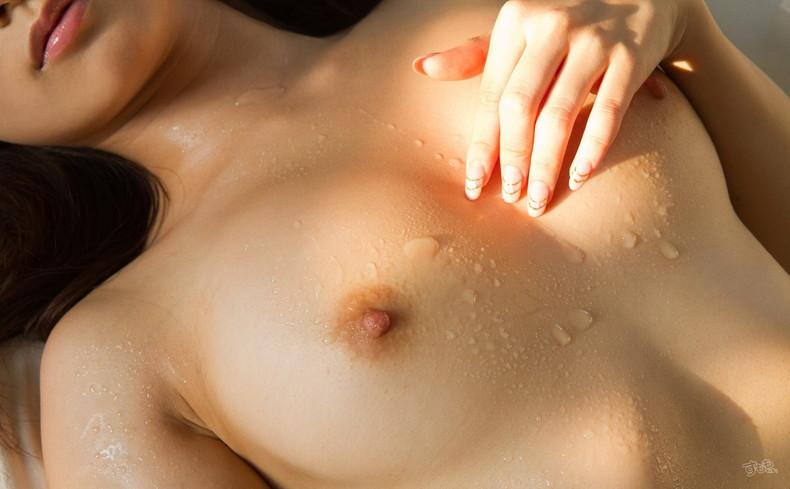 【おっぱい】汗だくでおっぱい晒してツヤッツヤでテッカテカの乳首ピンコ勃ち状態で弄られてる濡れ濡れおっぱい画像集w【80枚】 63