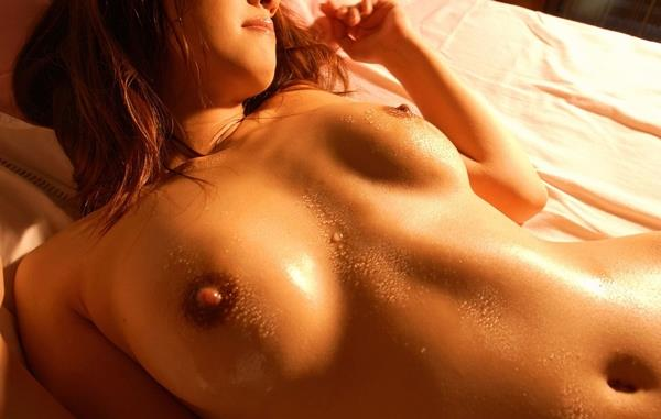 【おっぱい】汗だくでおっぱい晒してツヤッツヤでテッカテカの乳首ピンコ勃ち状態で弄られてる濡れ濡れおっぱい画像集w【80枚】 74