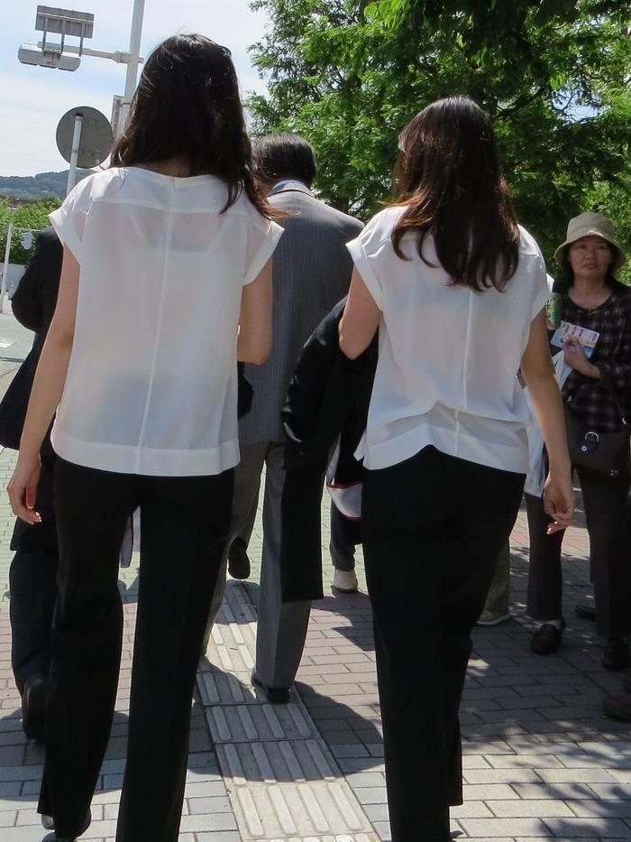 【おっぱい】素人OLやJKたちが街中でスケスケ状態のブラウスやTシャツ着て前からも後ろからもブラジャー丸見え状態の盗撮おっぱい画像集【80枚】 07