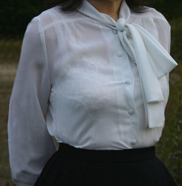 【おっぱい】素人OLやJKたちが街中でスケスケ状態のブラウスやTシャツ着て前からも後ろからもブラジャー丸見え状態の盗撮おっぱい画像集【80枚】 14