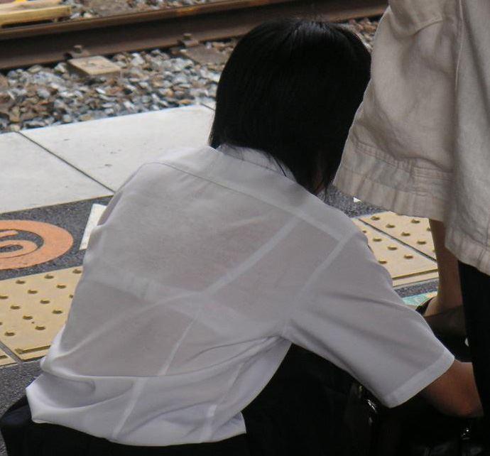 【おっぱい】素人OLやJKたちが街中でスケスケ状態のブラウスやTシャツ着て前からも後ろからもブラジャー丸見え状態の盗撮おっぱい画像集【80枚】 21