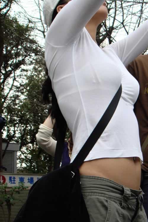 【おっぱい】素人OLやJKたちが街中でスケスケ状態のブラウスやTシャツ着て前からも後ろからもブラジャー丸見え状態の盗撮おっぱい画像集【80枚】 22