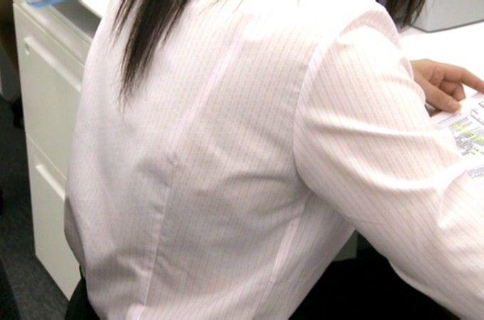 【おっぱい】素人OLやJKたちが街中でスケスケ状態のブラウスやTシャツ着て前からも後ろからもブラジャー丸見え状態の盗撮おっぱい画像集【80枚】 26