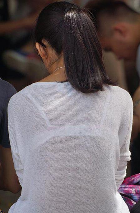 【おっぱい】素人OLやJKたちが街中でスケスケ状態のブラウスやTシャツ着て前からも後ろからもブラジャー丸見え状態の盗撮おっぱい画像集【80枚】 55