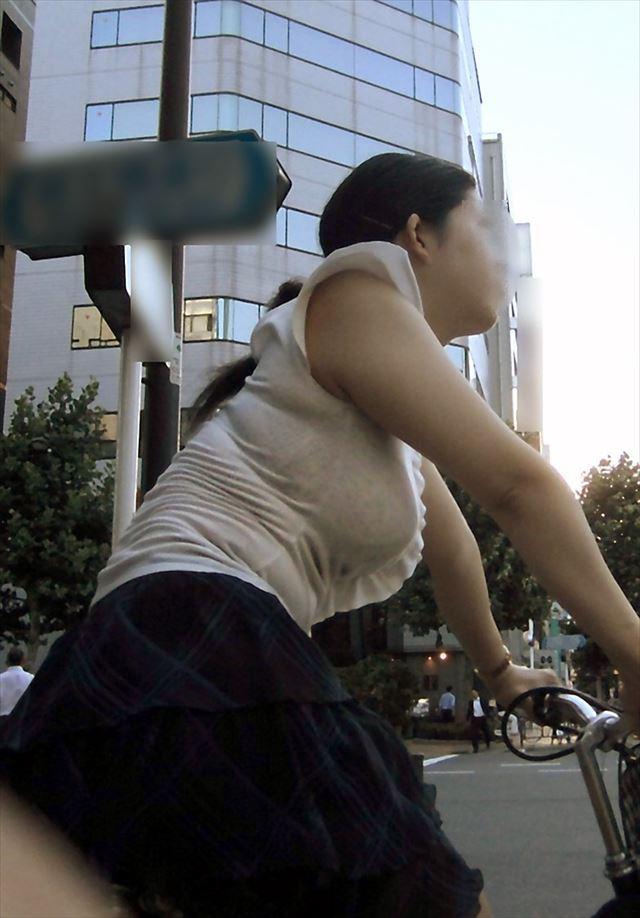 【おっぱい】素人OLやJKたちが街中でスケスケ状態のブラウスやTシャツ着て前からも後ろからもブラジャー丸見え状態の盗撮おっぱい画像集【80枚】 57