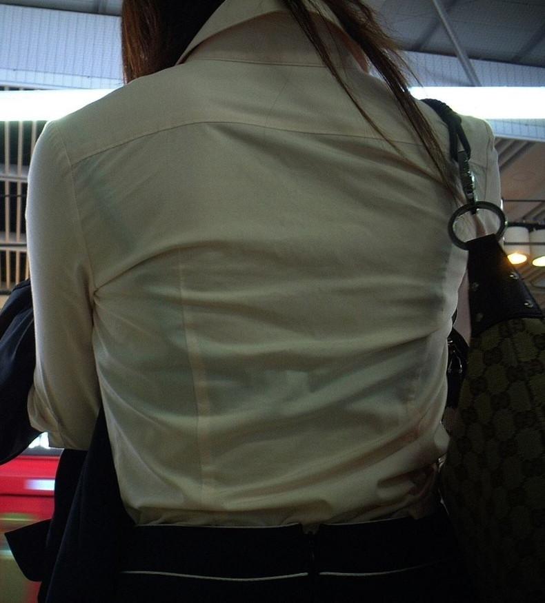 【おっぱい】素人OLやJKたちが街中でスケスケ状態のブラウスやTシャツ着て前からも後ろからもブラジャー丸見え状態の盗撮おっぱい画像集【80枚】 71