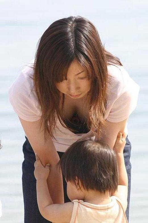 【おっぱい】子供に目がいって自らの巨乳を気にしない、屋外で胸チラさせてる子持ちの素人人妻のおっぱい盗撮画像集w【80枚】 42