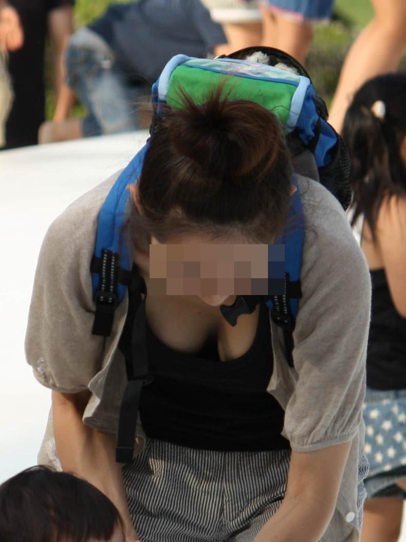 【おっぱい】子供に目がいって自らの巨乳を気にしない、屋外で胸チラさせてる子持ちの素人人妻のおっぱい盗撮画像集w【80枚】 44