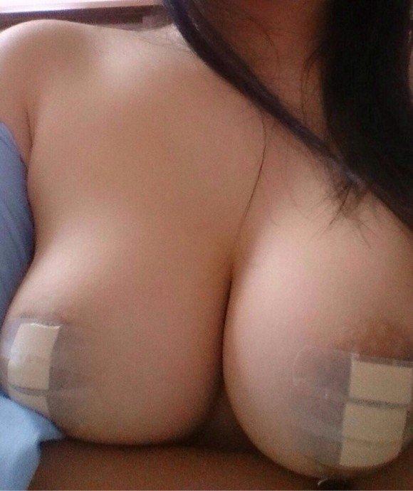 【おっぱい】乳首が中で窮屈そうな絆創膏を貼って乳首隠してるけどハミ出ちゃってるおっぱい画像集【80枚】 11