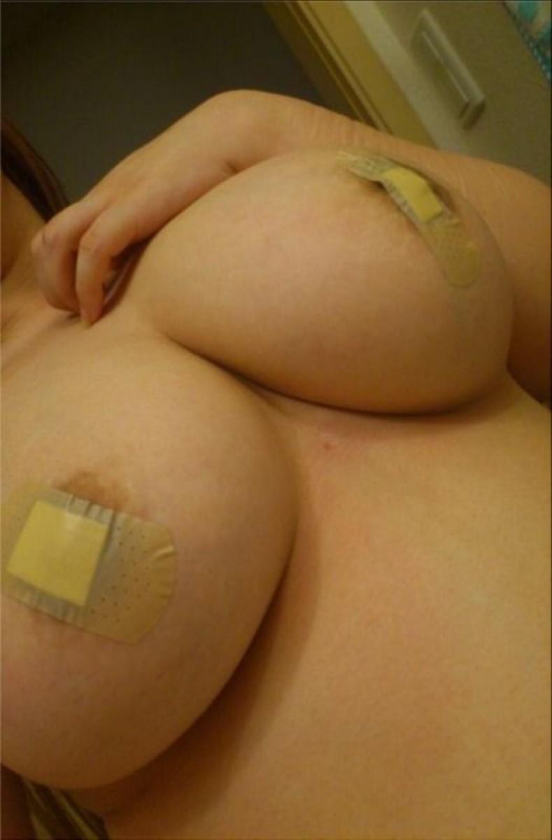 【おっぱい】乳首が中で窮屈そうな絆創膏を貼って乳首隠してるけどハミ出ちゃってるおっぱい画像集【80枚】 17