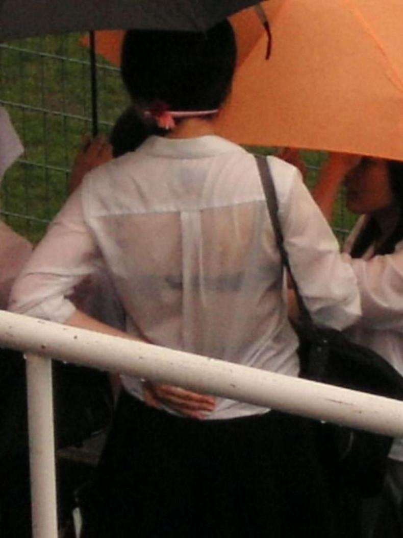 【おっぱい】突然の雨や汗で制服ブラウスが濡れ透け状態になってる素人JK達のおっぱい盗撮画像がが初々しくてエロくて・・【80枚】 43