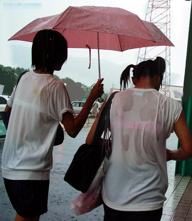 【おっぱい】突然の雨や汗で制服ブラウスが濡れ透け状態になってる素人JK達のおっぱい盗撮画像がが初々しくてエロくて・・【80枚】 51