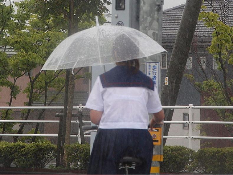 【おっぱい】突然の雨や汗で制服ブラウスが濡れ透け状態になってる素人JK達のおっぱい盗撮画像がが初々しくてエロくて・・【80枚】 80