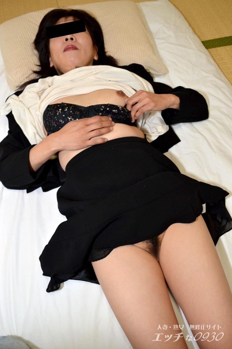 【おっぱい】未亡人になった欲求不満の熟女達が喪服脱がされ仏前で寝取られるおっぱい画像集ww【80枚】 77