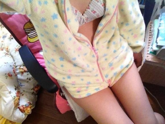【おっぱい】家着でおっぱい露出しちゃってる女の子って無防備で生活感あってエロ過ぎるよねww【80枚】 08
