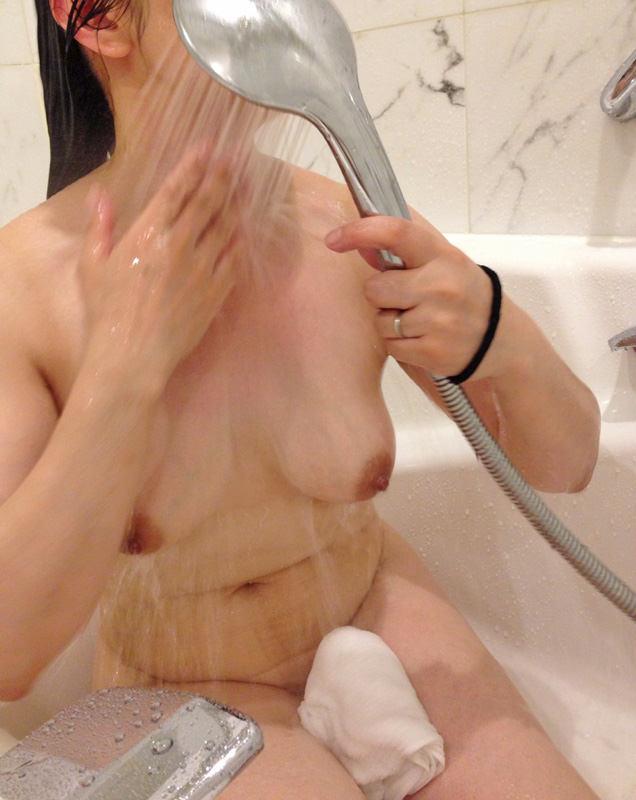 【おっぱい】お風呂でおっぱい露出しちゃってる素人の嫁や彼女を撮影したり自撮りさせたりしちゃったエロ画像集ww【80枚】 13