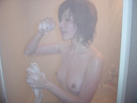 【おっぱい】お風呂でおっぱい露出しちゃってる素人の嫁や彼女を撮影したり自撮りさせたりしちゃったエロ画像集ww【80枚】 57