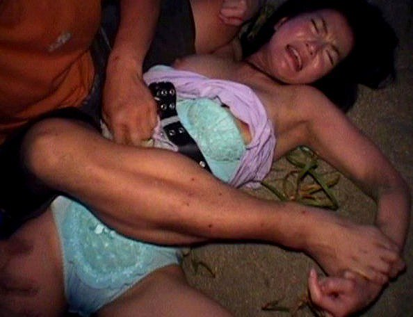 【おっぱい】青姦やレイプされ口を塞がれロリな貧乳や美乳揉まれまくってるJKやOL達の輪姦おっぱい画像集w【80枚】 78