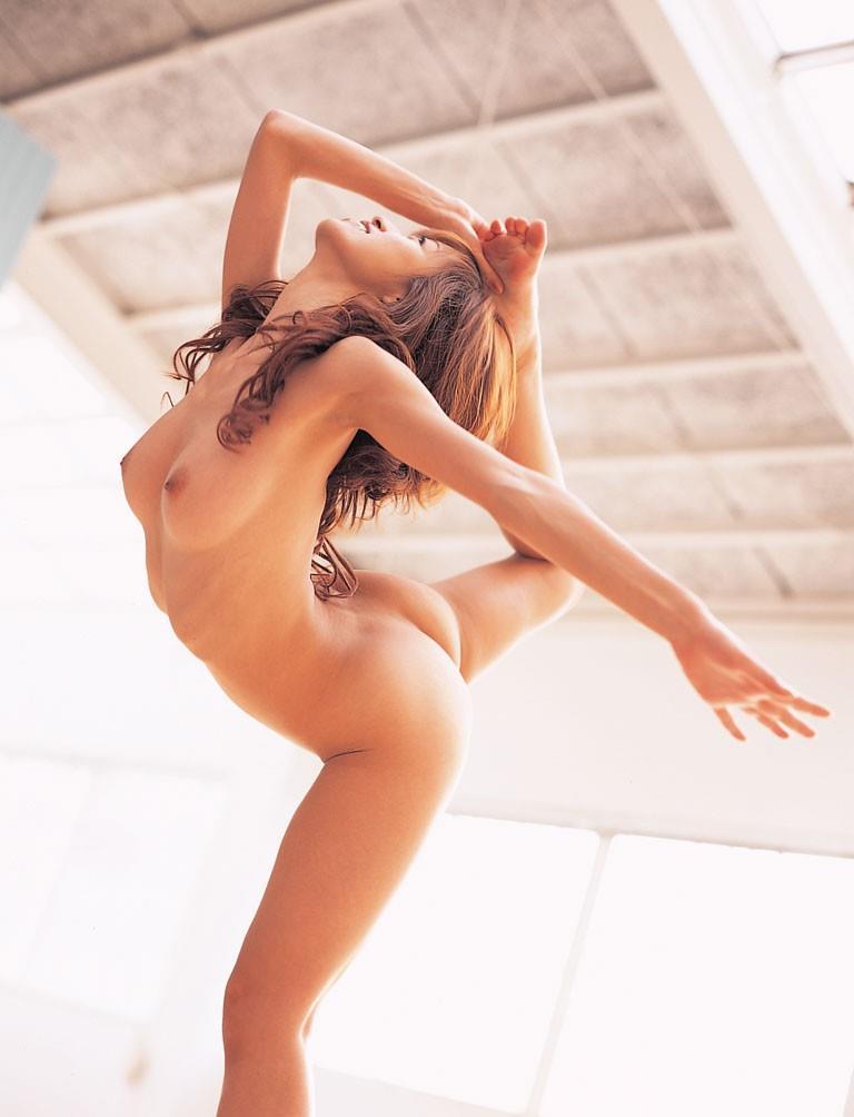 【おっぱい】Y字バランスで股間と美乳を同時に強調している軟体おっぱい画像集ww【80枚】 19