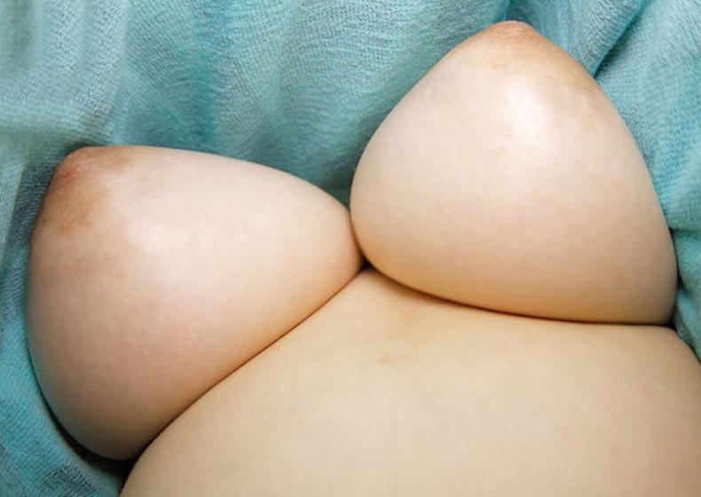 【おっぱい】ローアングルから見上げる巨乳の下乳と勃起チクビがエロ過ぎるローアングルのおっぱい画像集!ww【80枚】 05