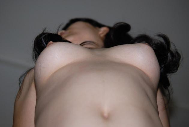 【おっぱい】ローアングルから見上げる巨乳の下乳と勃起チクビがエロ過ぎるローアングルのおっぱい画像集!ww【80枚】 54