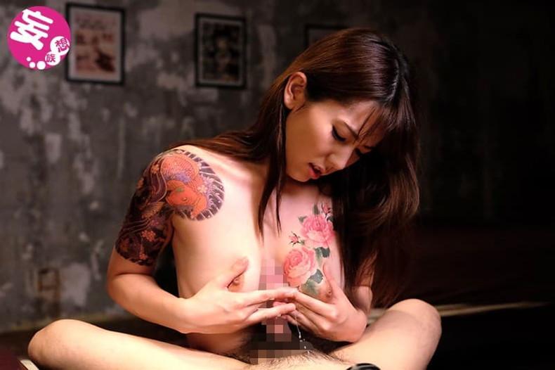 【おっぱい】おしゃれタトゥーから激コワ和彫りまで!タトゥーを入れたビッチそうな女の子たちのおっぱい画像集!ww【80枚】 12