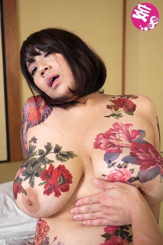 【おっぱい】おしゃれタトゥーから激コワ和彫りまで!タトゥーを入れたビッチそうな女の子たちのおっぱい画像集!ww【80枚】 41