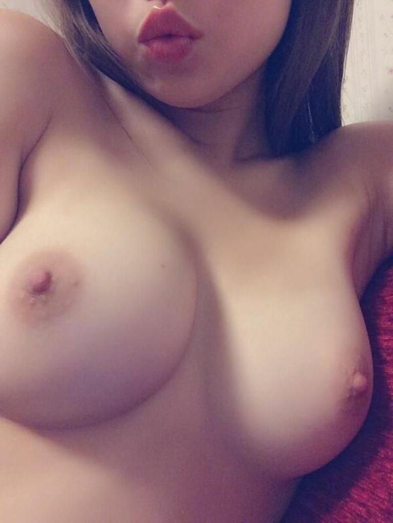 【おっぱい】作られた感の無い自然なデカパイの素人娘が豊満な乳房と乳首も晒してくれちゃった素人巨乳のおっぱい画像集!ww【80枚】 34