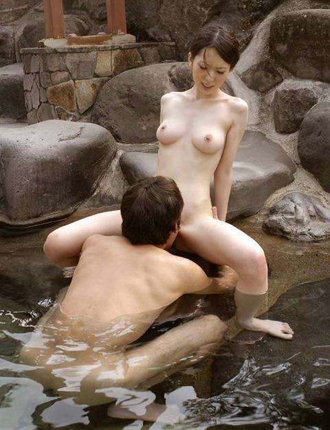 【おっぱい】露天風呂を貸し切りにして美乳な彼女と思う存分セックス!!湯船にザーメン浮いちゃった露天風呂セックスのおっぱい画像集w【80枚】 54