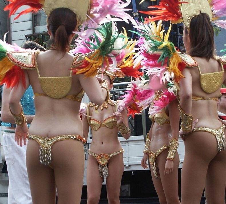 【おっぱい】商店街のサンバカーニバルでテンション上がりおっぱい際どい衣装で露出しまくってる素人女子のサンバおっぱい画像集w【80枚】 42