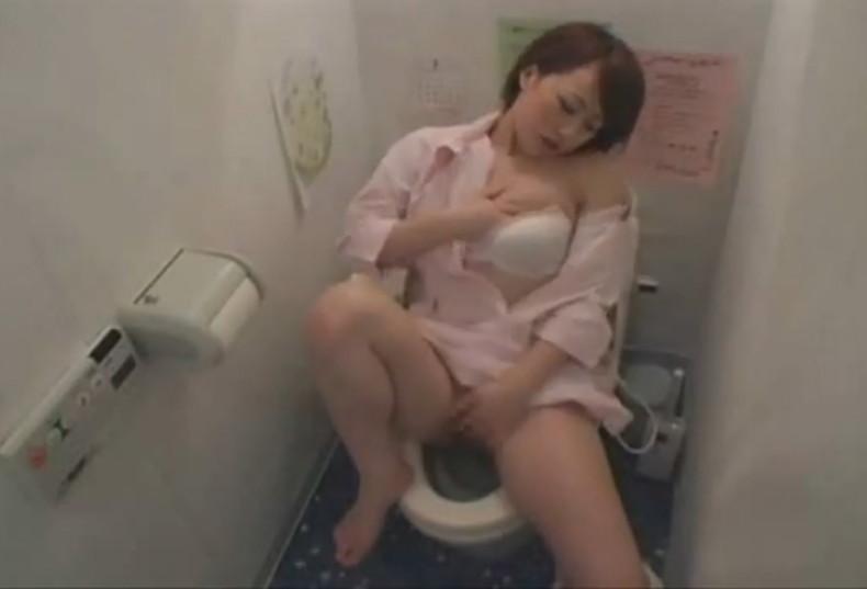 【おっぱい】トイレで乳首晒して弄りながらM字開脚で手マンしちゃってる女子を集めたトイレオナニーのおっぱい画像集w【80枚】 25