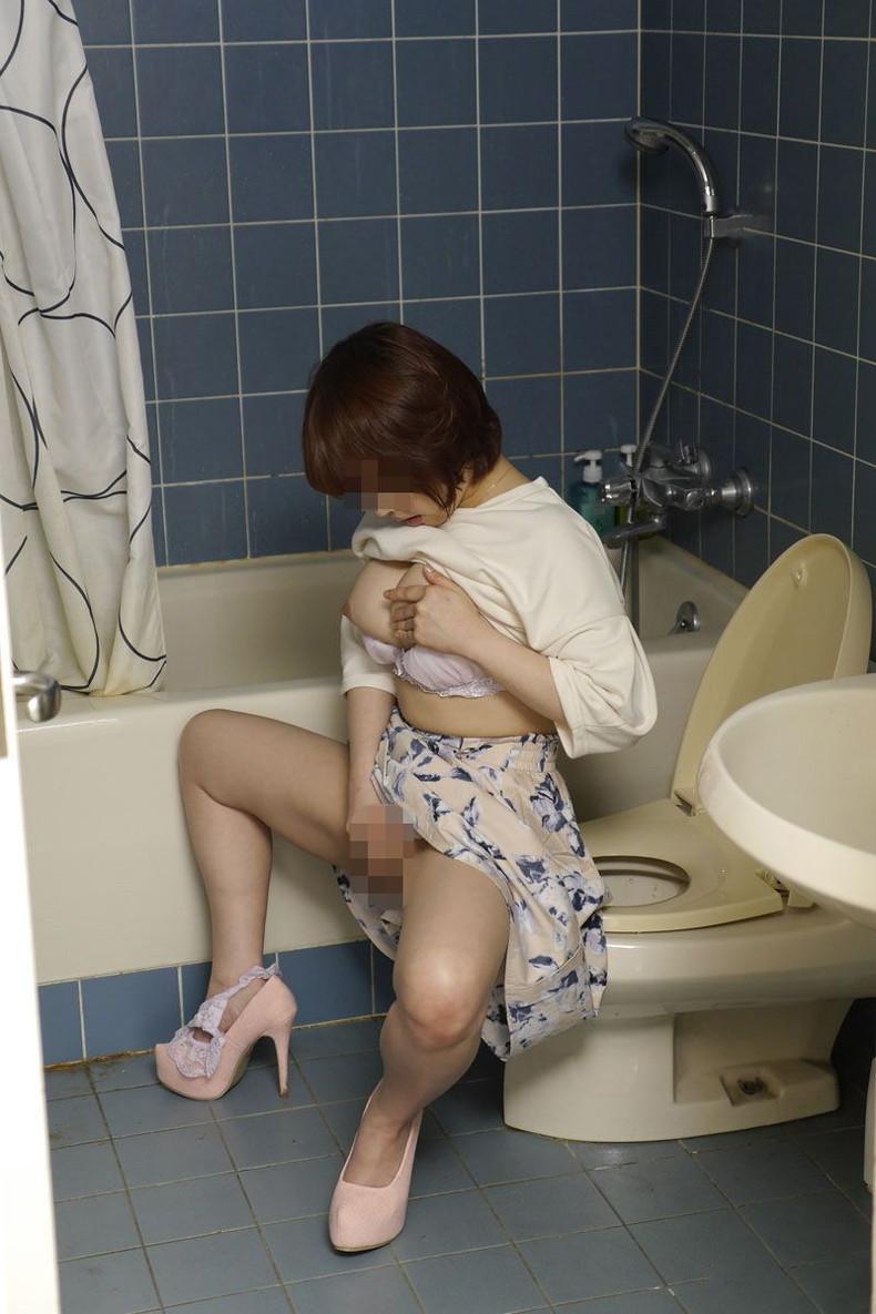 【おっぱい】トイレで乳首晒して弄りながらM字開脚で手マンしちゃってる女子を集めたトイレオナニーのおっぱい画像集w【80枚】 46