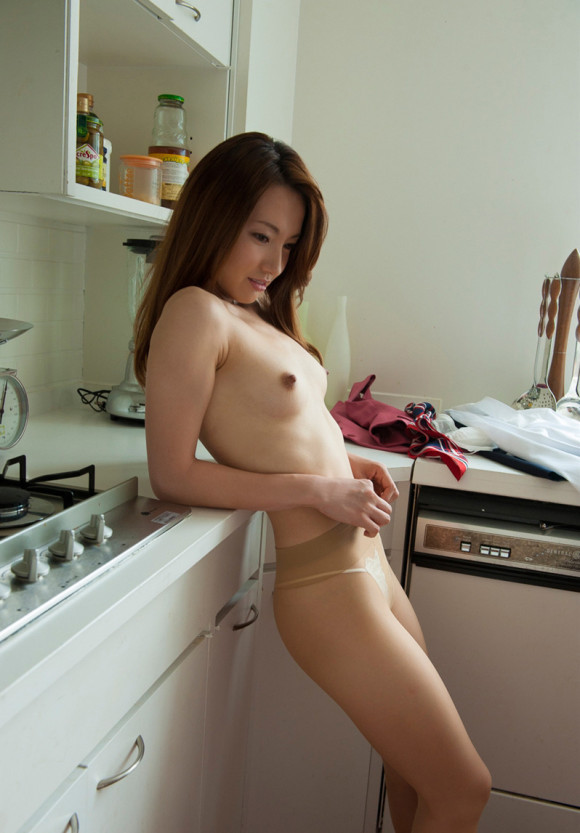 【おっぱい】キッチンで料理作らず子作りしちゃって美乳露出する台所おっぱい画像集w【80枚】 14