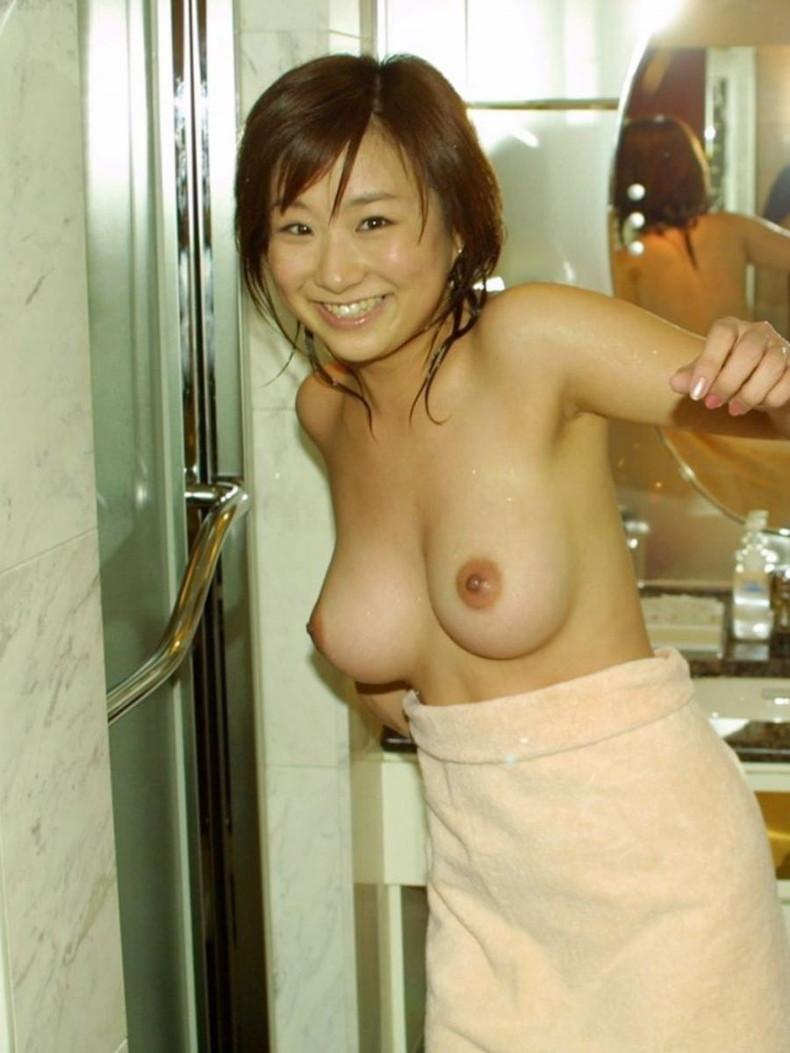 【おっぱい】風呂上がり美女のバスタオルがハラリと取れて見えるおっぱいは格別にエロい!バスタオルのおっぱい画像集ww【80枚】 52