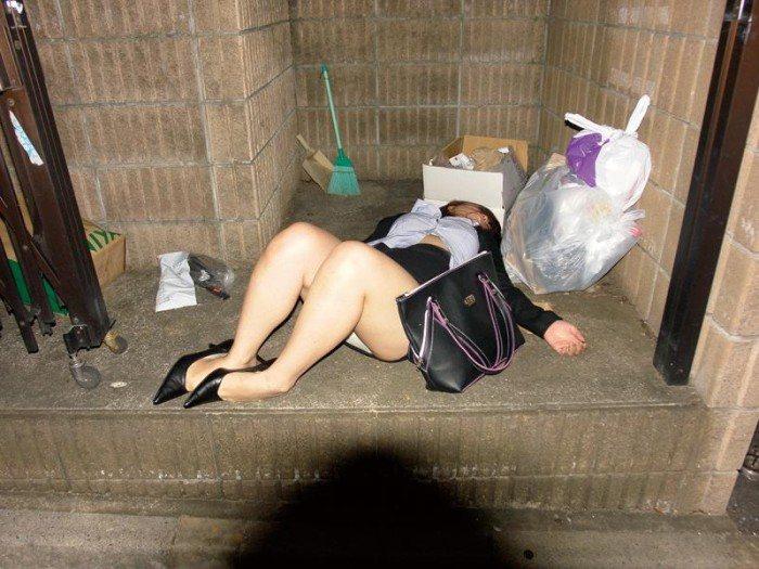 【おっぱい】泥酔した素人ギャルやデカパイOLたちが調子に乗っておっぱいを露出したり服を脱がされ睡眠姦されてる泥酔おっぱい画像集w【80枚】 53