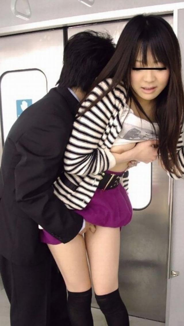 【おっぱい】バスや電車で乳首露出させられ痴漢や輪姦されちゃってるOLやJK達の痴漢おっぱい画像集【80枚】 50