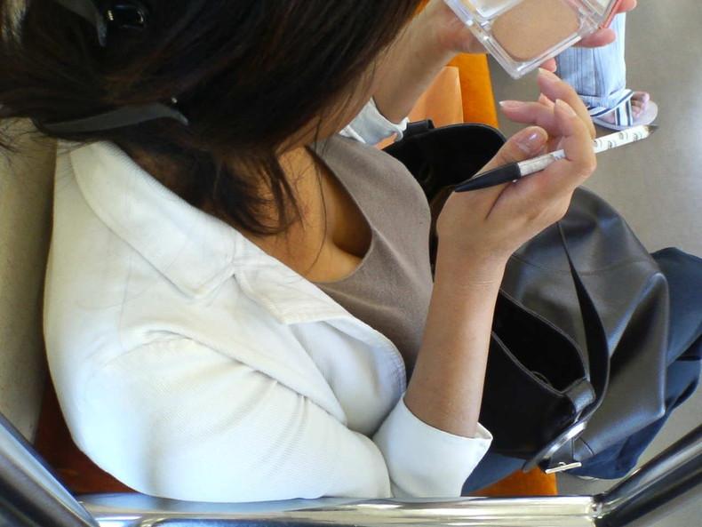 【おっぱい】電車内は素人OLや女子大生の胸チラの宝庫!ww座席に座る女性の無防備な谷間を上から盗撮しちゃった電車盗撮のおっぱい画像集w【80枚】 06