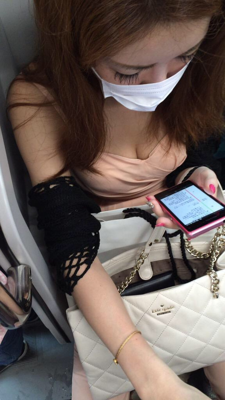 【おっぱい】電車内は素人OLや女子大生の胸チラの宝庫!ww座席に座る女性の無防備な谷間を上から盗撮しちゃった電車盗撮のおっぱい画像集w【80枚】 24