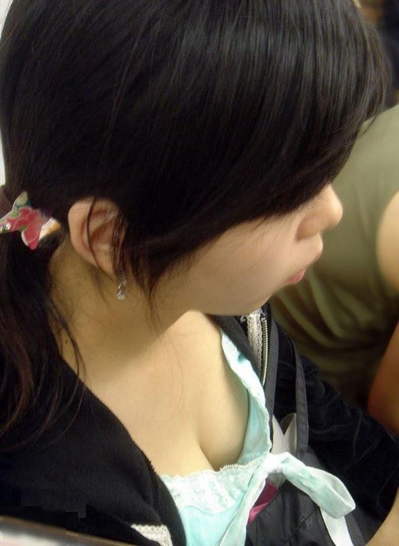 【おっぱい】電車内は素人OLや女子大生の胸チラの宝庫!ww座席に座る女性の無防備な谷間を上から盗撮しちゃった電車盗撮のおっぱい画像集w【80枚】 35