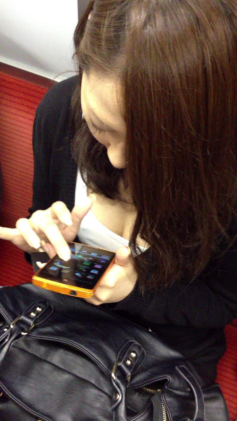 【おっぱい】電車内は素人OLや女子大生の胸チラの宝庫!ww座席に座る女性の無防備な谷間を上から盗撮しちゃった電車盗撮のおっぱい画像集w【80枚】 39