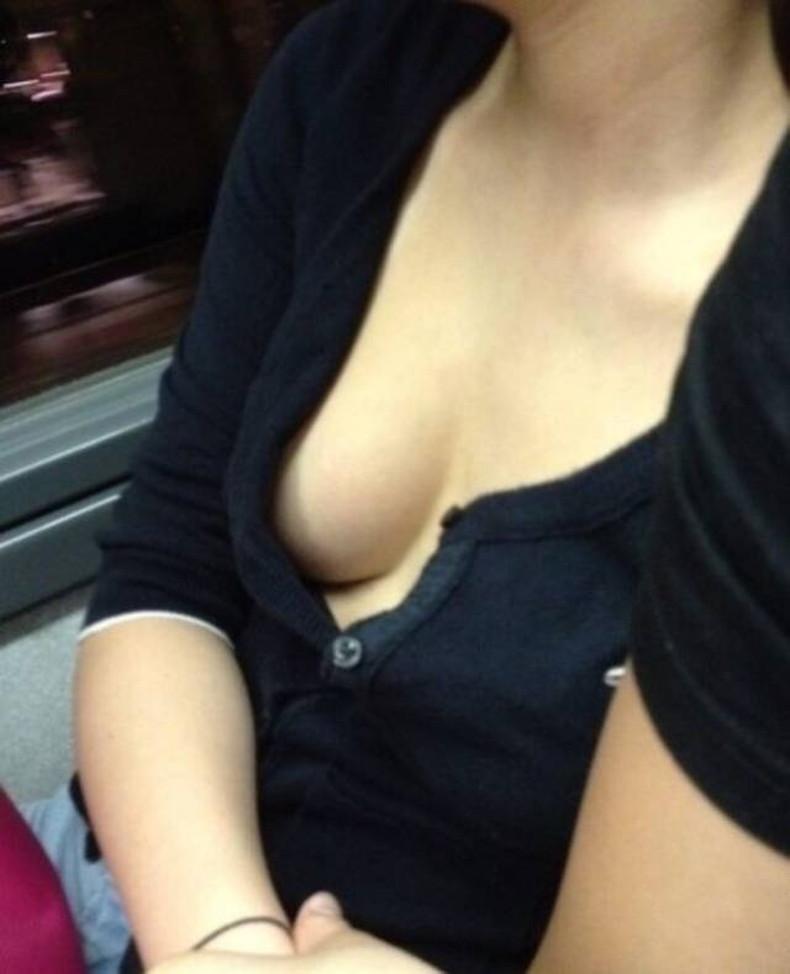 【おっぱい】電車内は素人OLや女子大生の胸チラの宝庫!ww座席に座る女性の無防備な谷間を上から盗撮しちゃった電車盗撮のおっぱい画像集w【80枚】 40