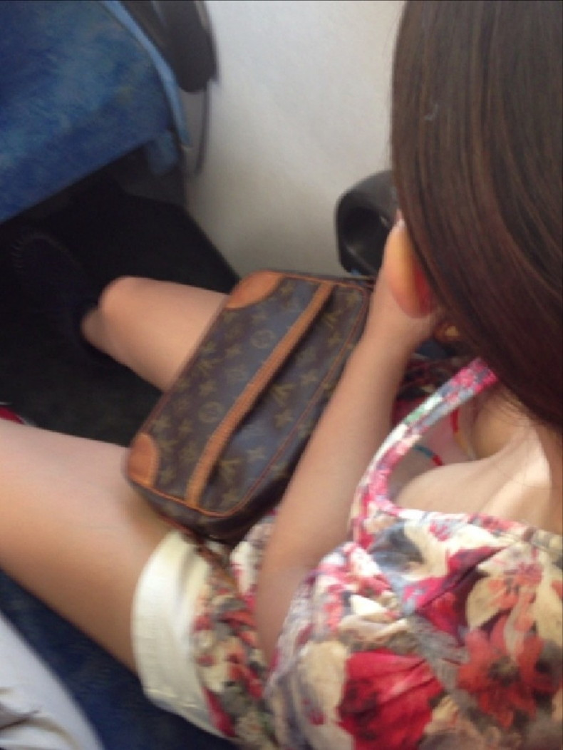 【おっぱい】電車内は素人OLや女子大生の胸チラの宝庫!ww座席に座る女性の無防備な谷間を上から盗撮しちゃった電車盗撮のおっぱい画像集w【80枚】 45