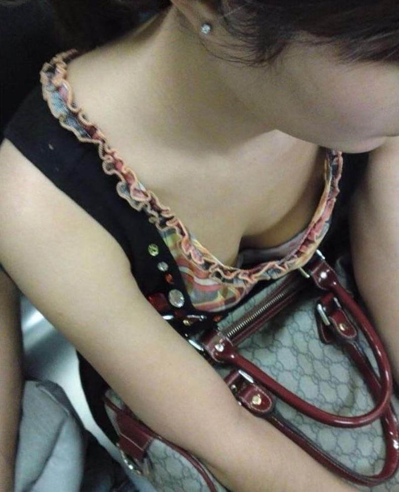 【おっぱい】電車内は素人OLや女子大生の胸チラの宝庫!ww座席に座る女性の無防備な谷間を上から盗撮しちゃった電車盗撮のおっぱい画像集w【80枚】 65