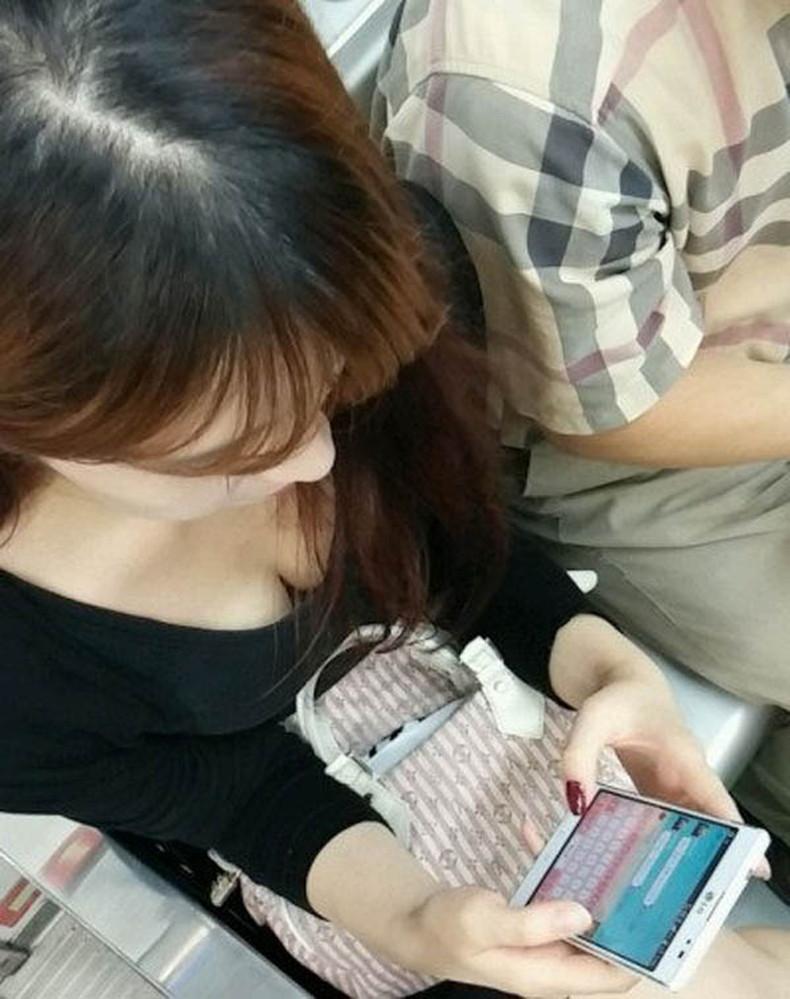 【おっぱい】電車内は素人OLや女子大生の胸チラの宝庫!ww座席に座る女性の無防備な谷間を上から盗撮しちゃった電車盗撮のおっぱい画像集w【80枚】 74