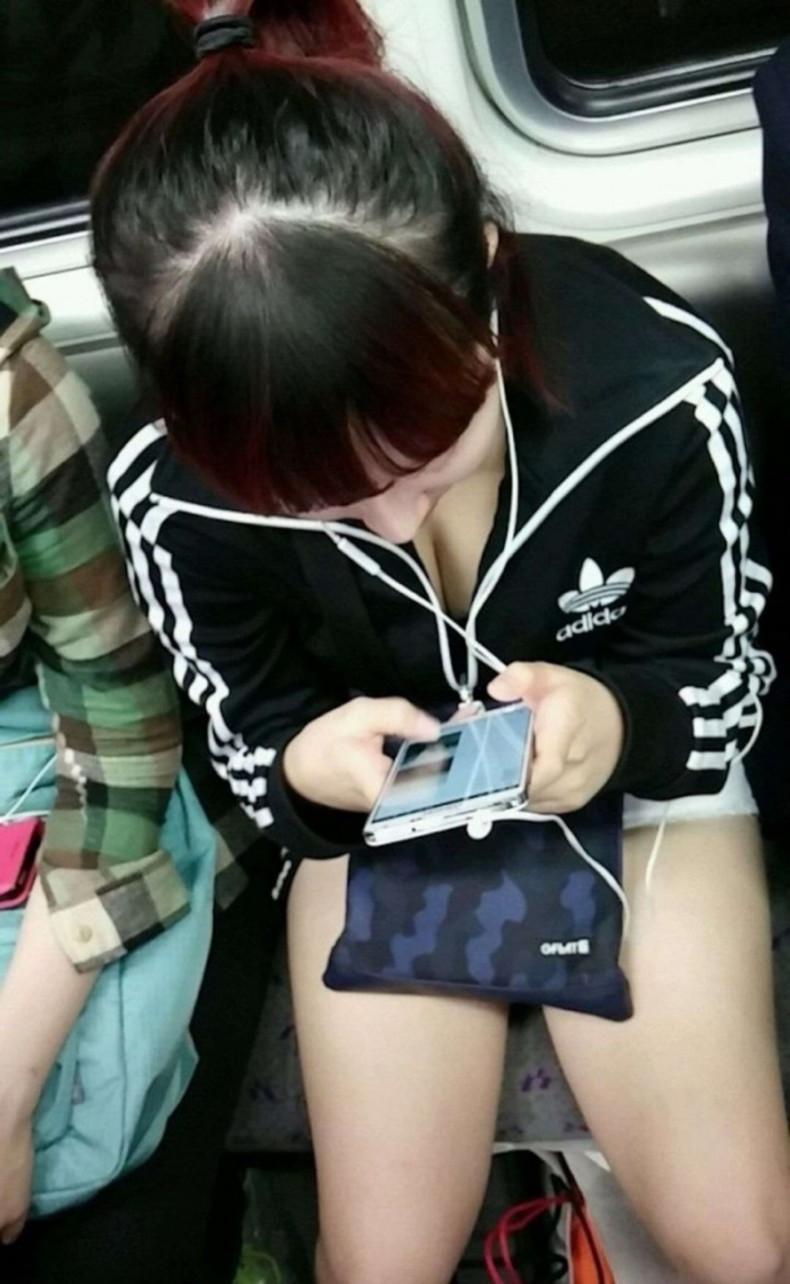 【おっぱい】電車内は素人OLや女子大生の胸チラの宝庫!ww座席に座る女性の無防備な谷間を上から盗撮しちゃった電車盗撮のおっぱい画像集w【80枚】 77