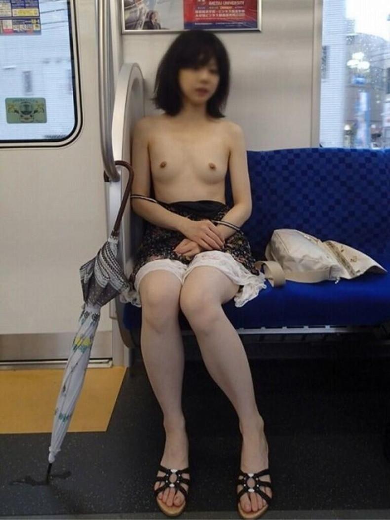 【おっぱい】公園や道端、電車内で自慢の美乳を露出して、調教師と野外セックスしちゃってる露出狂のおっぱい画像集ww【80枚】 43