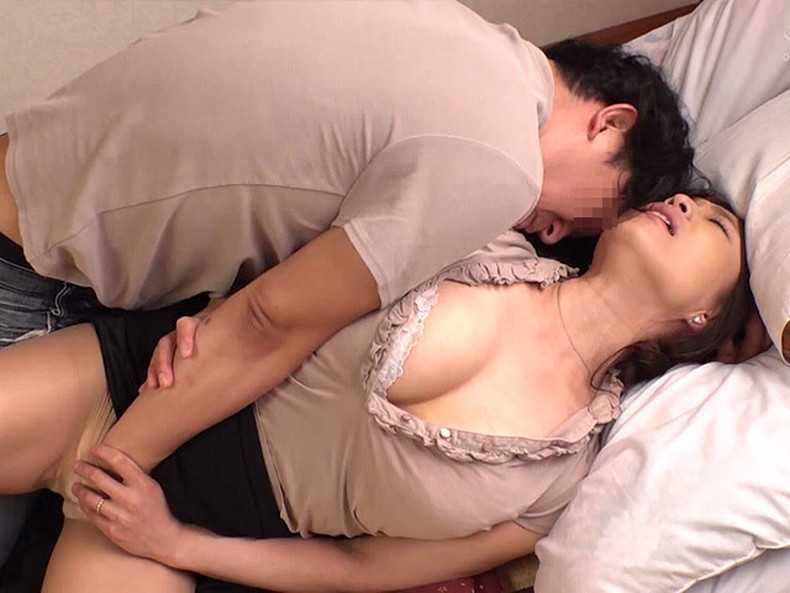 【おっぱい】ぽっちゃり爆乳の変態ママが息子に授乳プレイして近親相姦セックスで筆おろししてるぽっちゃりママのおっぱい画像集!ww【80枚】 05