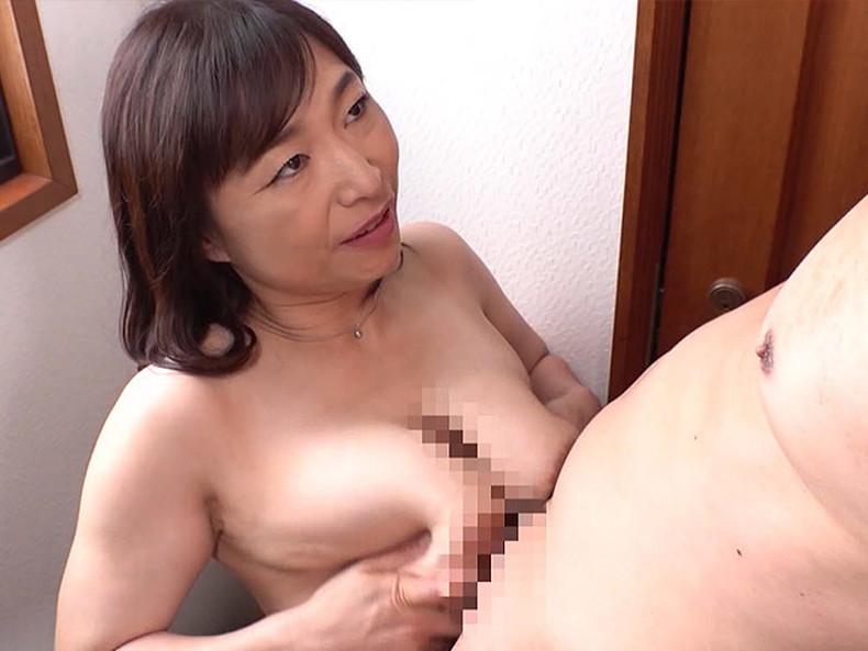 【おっぱい】ぽっちゃり爆乳の変態ママが息子に授乳プレイして近親相姦セックスで筆おろししてるぽっちゃりママのおっぱい画像集!ww【80枚】 31